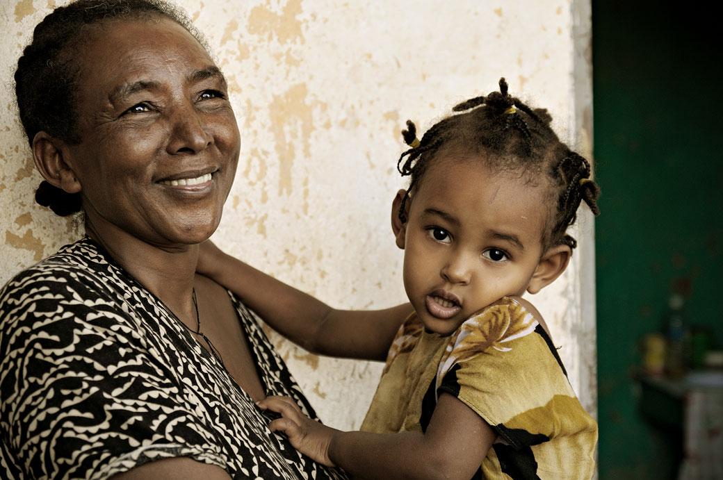 Petite fille avec sa tante à Logia, Ethiopie