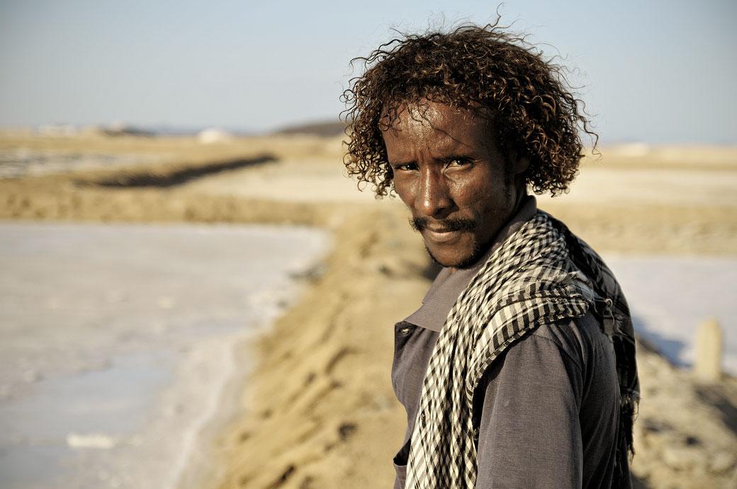 Regard masculin dans une saline d'Afdera, Ethiopie