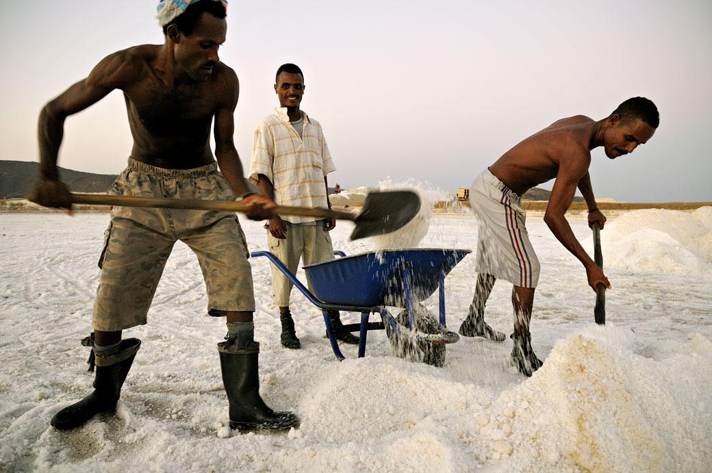 Hommes au travail dans les salines d'Afdera, Ethiopie