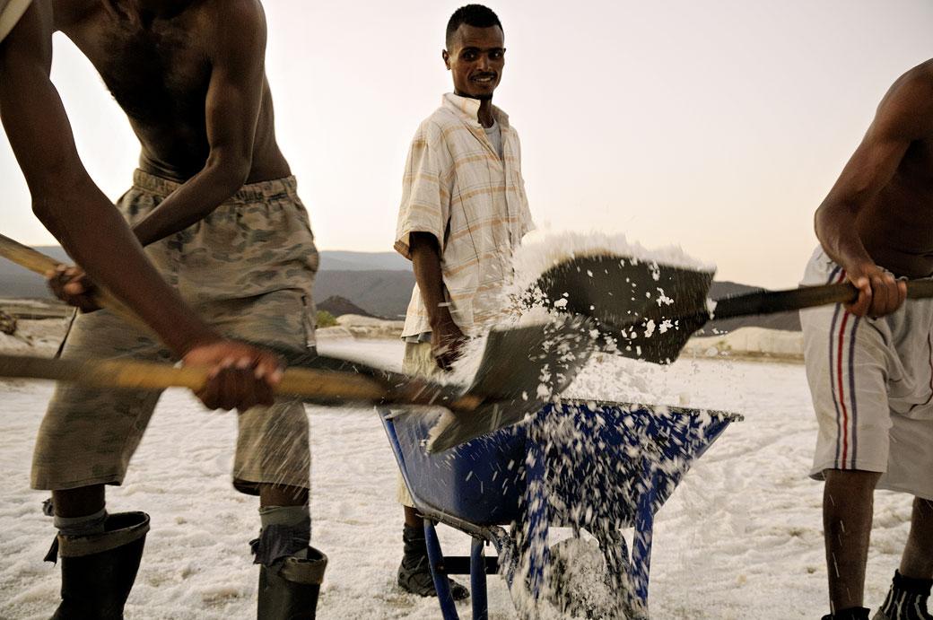 Remplissage d'une brouette dans les salines d'Afdera, Ethiopie