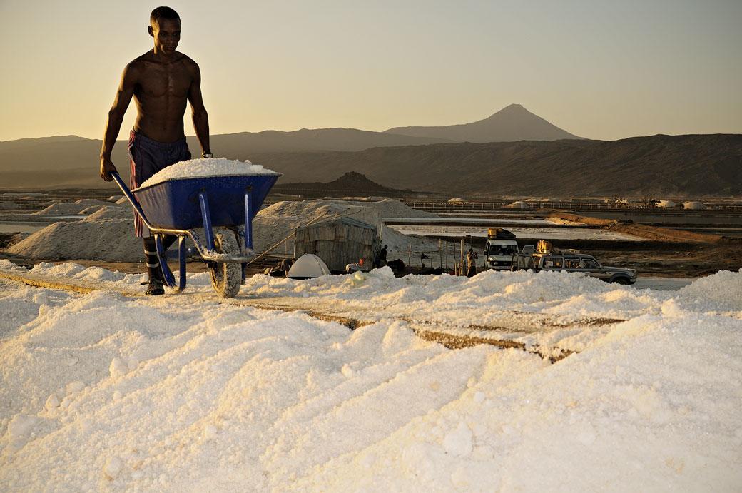 Jeune homme au travail dans les salines d'Afdera, Ethiopie