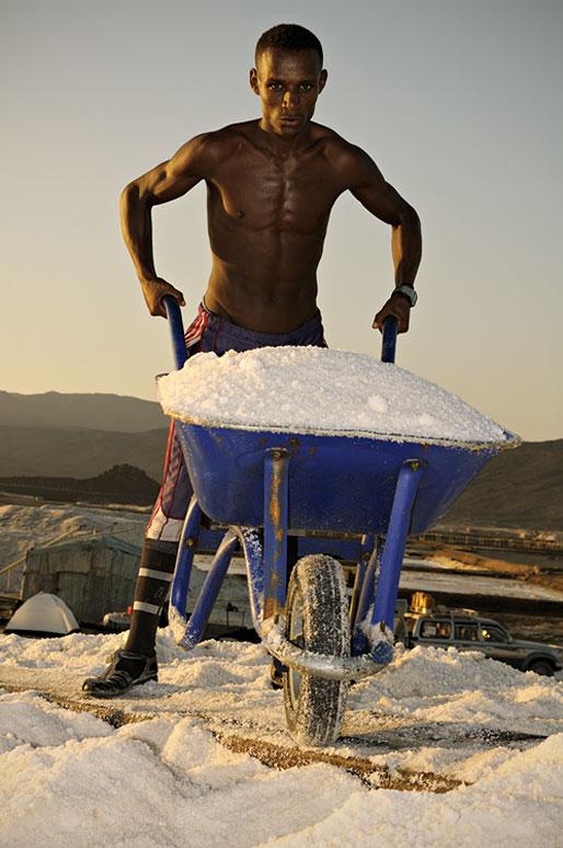 Jeune travailleur dans les salines d'Afdera, Ethiopie
