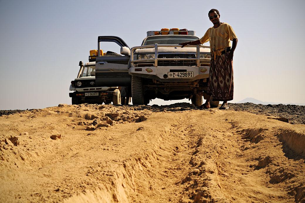 Chauffeur avec son 4x4 dans le désert du Danakil, Ethiopie
