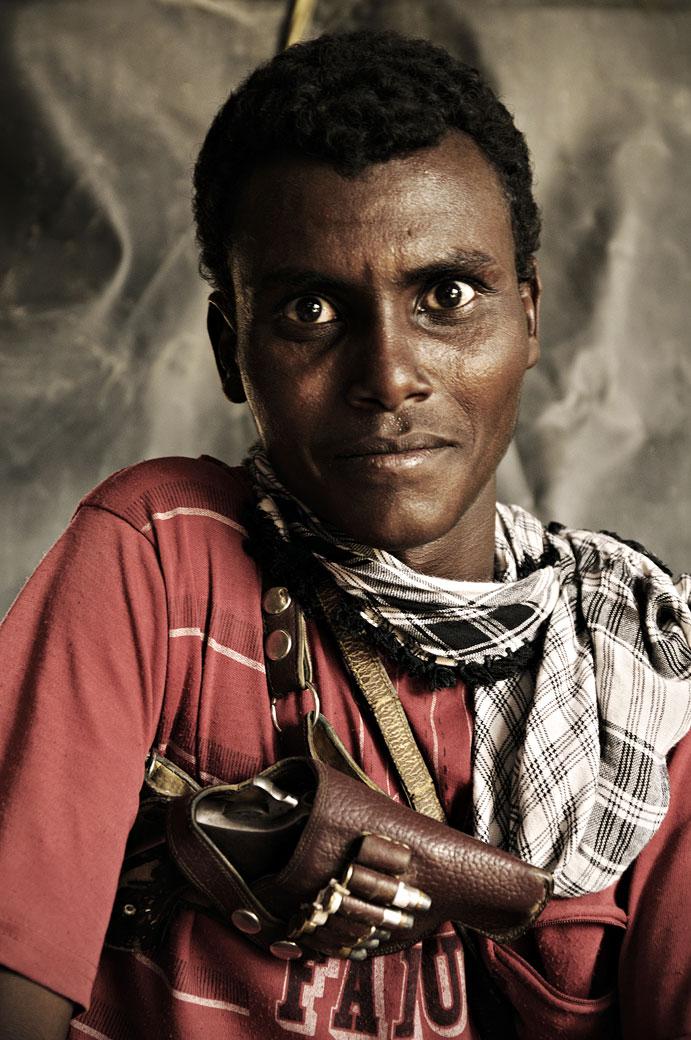 Garde du corps avec pistolet dans le désert Danakil, Ethiopie
