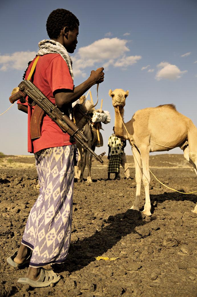 Garde du corps avec Kalachnikov dans le désert du Danakil, Ethiopie