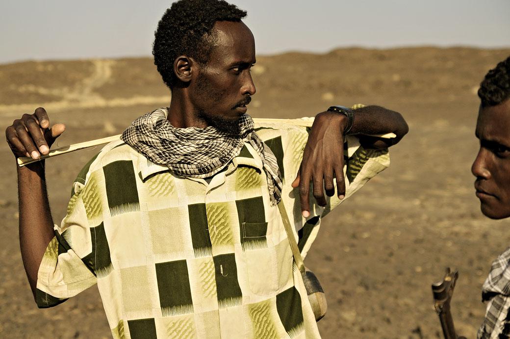 Homme Afar avec son bâton dans le désert du Danakil, Ethiopie