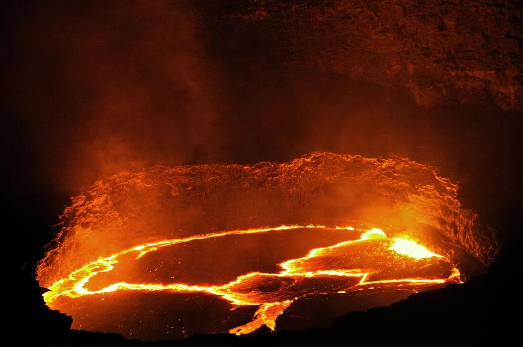 Lac de lave en fusion au volcan Erta Ale, Ethiopie
