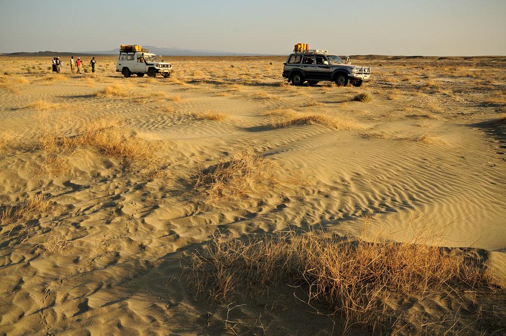 Voitures 4x4 à l'arrêt dans le désert du Danakil, Ethiopie