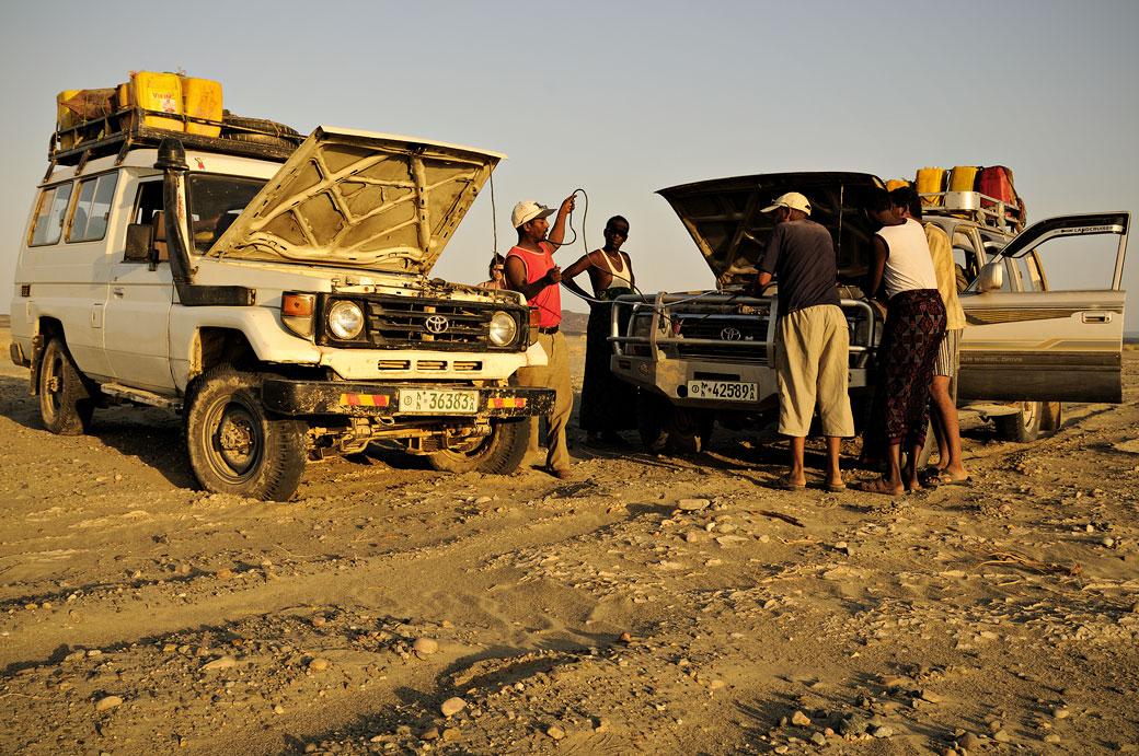 Voitures 4x4 en panne dans le désert du Danakil, Ethiopie