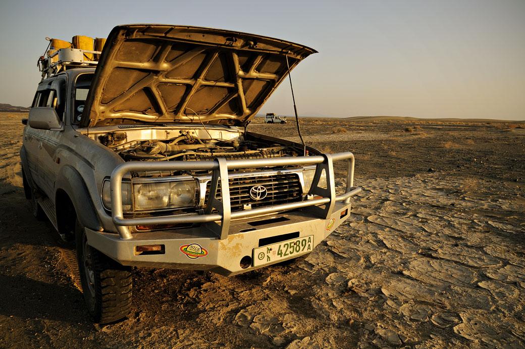 Voiture 4x4 avec le capot ouvert dans le désert du Danakil, Ethiopie