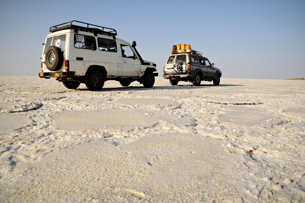 Voitures sur le désert de sel du lac Assale, Ethiopie