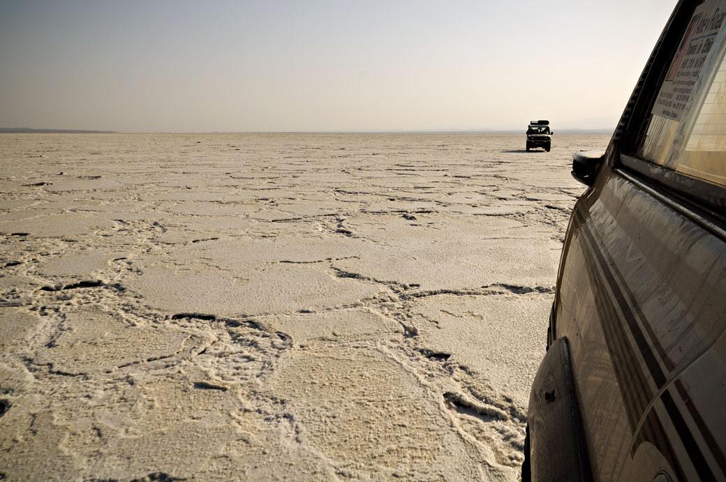 Voitures sur la croûte de sel du lac Assale, Ethiopie