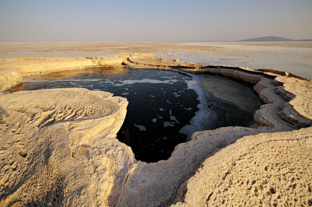 Source d'eau étrange sur le lac Assale, Ethiopie