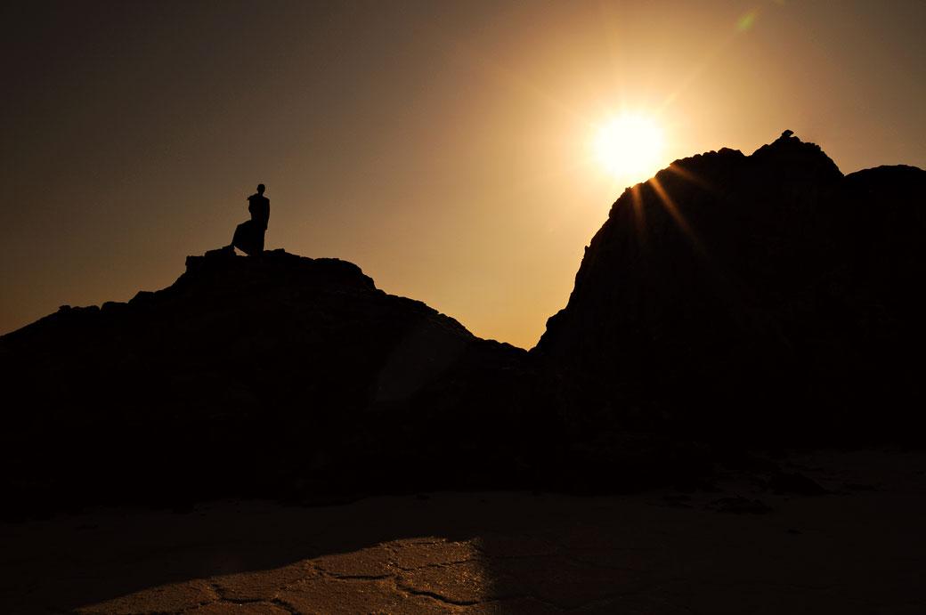 Garde à contre-jour sur une colline du lac Assale, Ethiopie