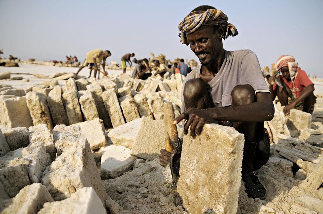 Des hommes taillent des plaques de sel sur le lac Assale, Ethiopie