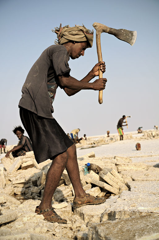 Homme avec une hache sur le lac Assale, Ethiopie