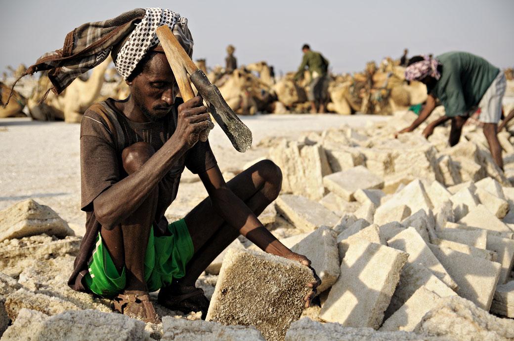 Homme qui taille des plaques de sel sur le lac Assale, Ethiopie