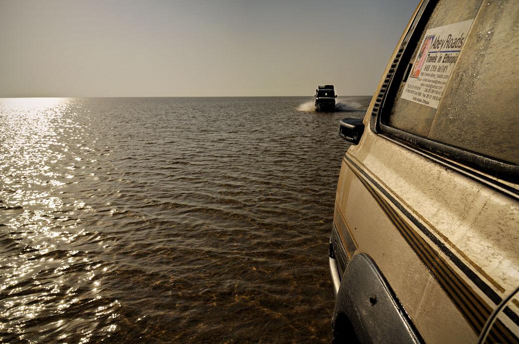 Voitures 4x4 qui traversent le lac Assale, Ethiopie