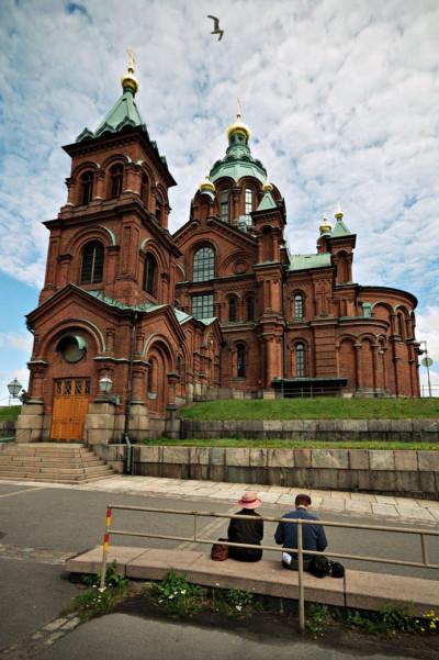 Couple assis devant la cathédrale orthodoxe Ouspenski à Helsinki, Finlande