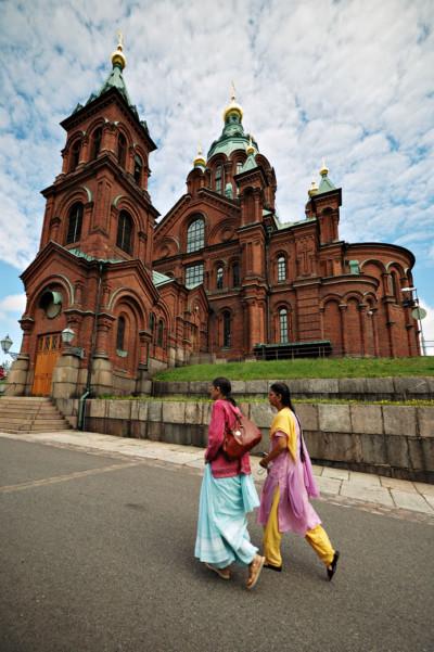 Touristes devant la cathédrale orthodoxe Ouspenski à Helsinki, Finlande