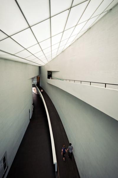 Couple à l'intérieur du KIASMA, le musée d'art contemporain d'Helsinki