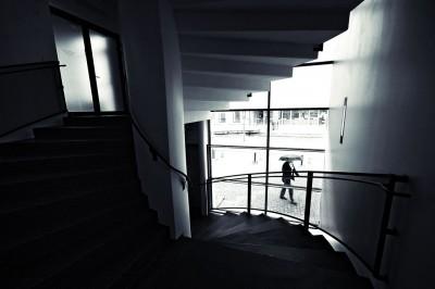 Porte, fenêtre et escaliers au KIASMA, le musée d'art contemporain d'Helsinki