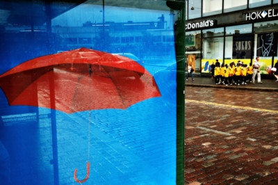 Affiche d'un parapluie rouge à Helsinki un jour de pluie, Finlande