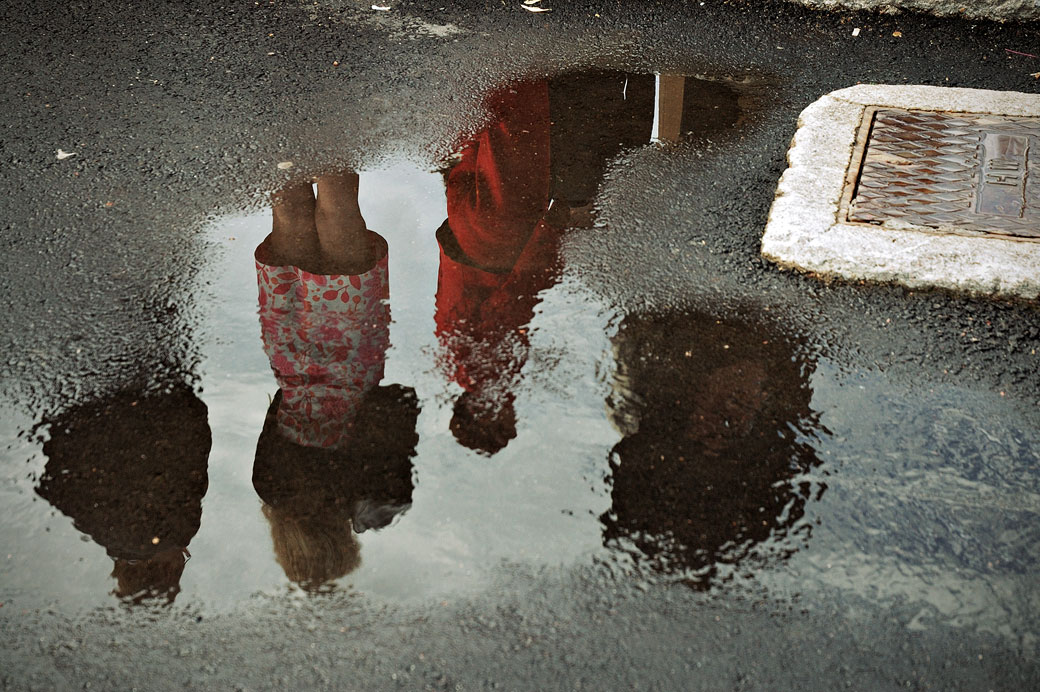 Reflet d'un groupe de personnes dans une flaque d'eau à Helsinki