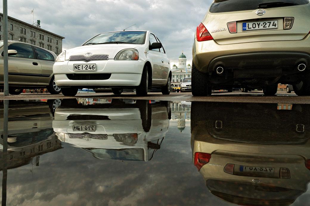 Reflet de voitures sur un parking à Helsinki, Finlande