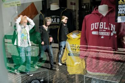 Reflet de passants dans une vitrine à Dublin, Irlande