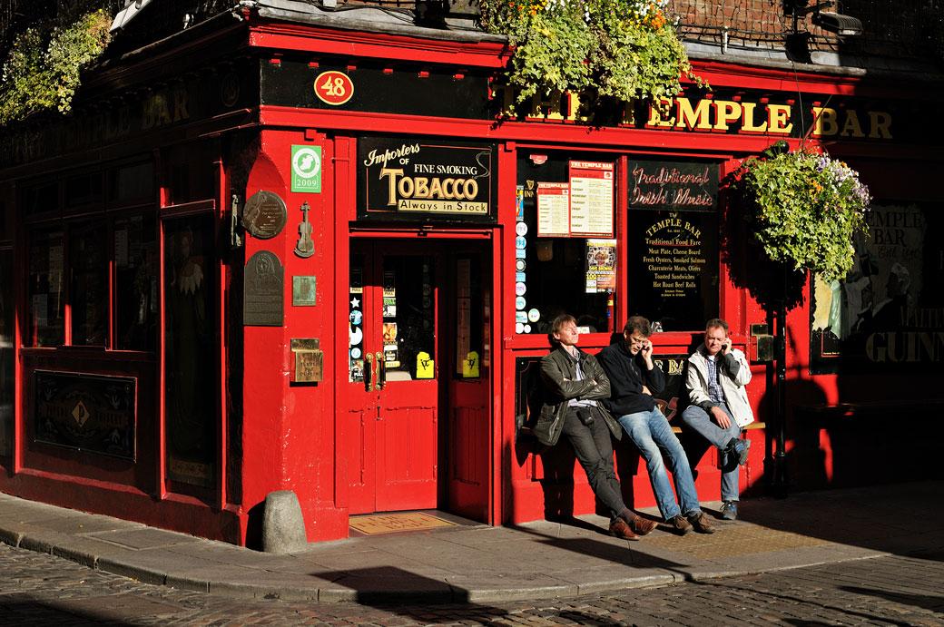 Trois hommes devant The Temple Bar Pub à Dublin, Irlande