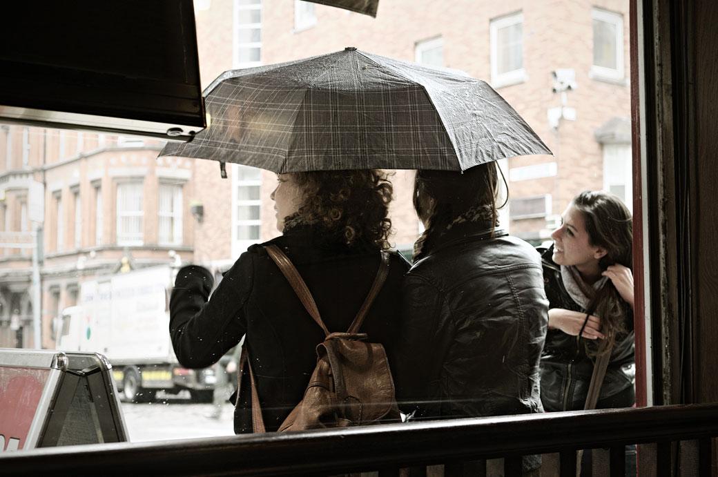 Jeunes femmes sous un parapluie à Dublin, Irlande