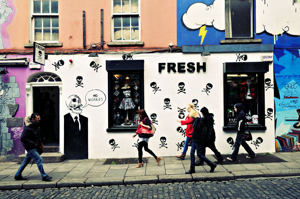 Passants devant le magasin Fresh à Temple Bar, Dublin