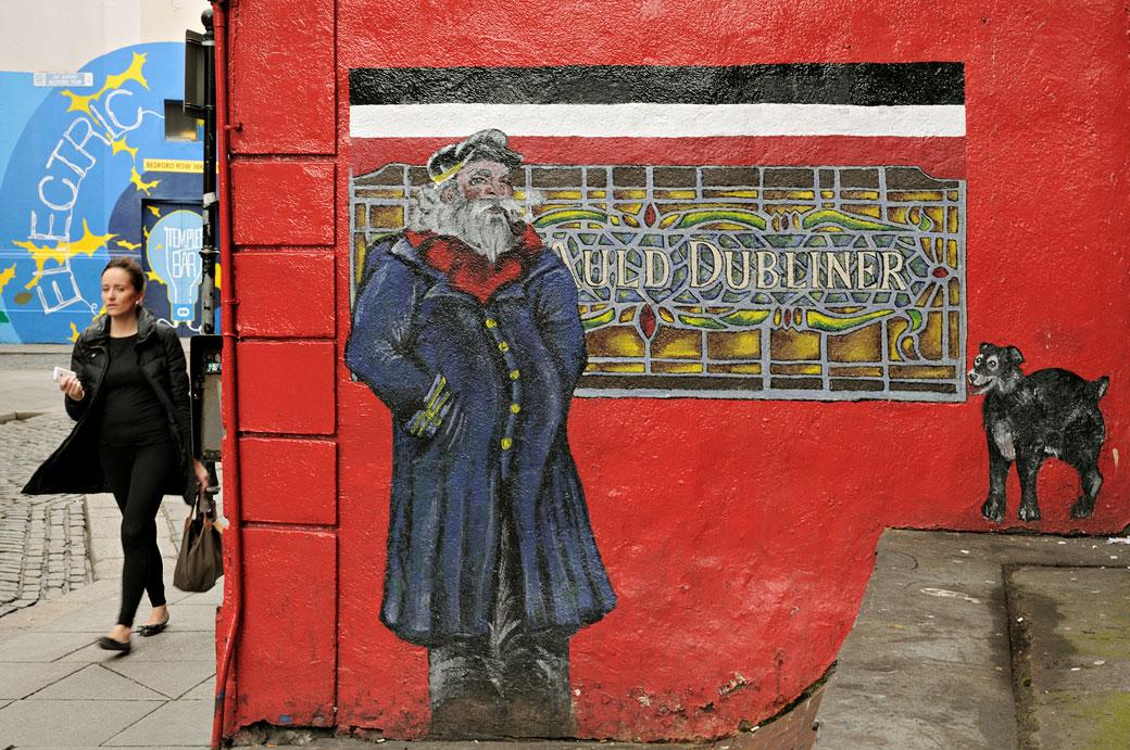 Une femme passe à côté du pub Auld Dubliner à Dublin