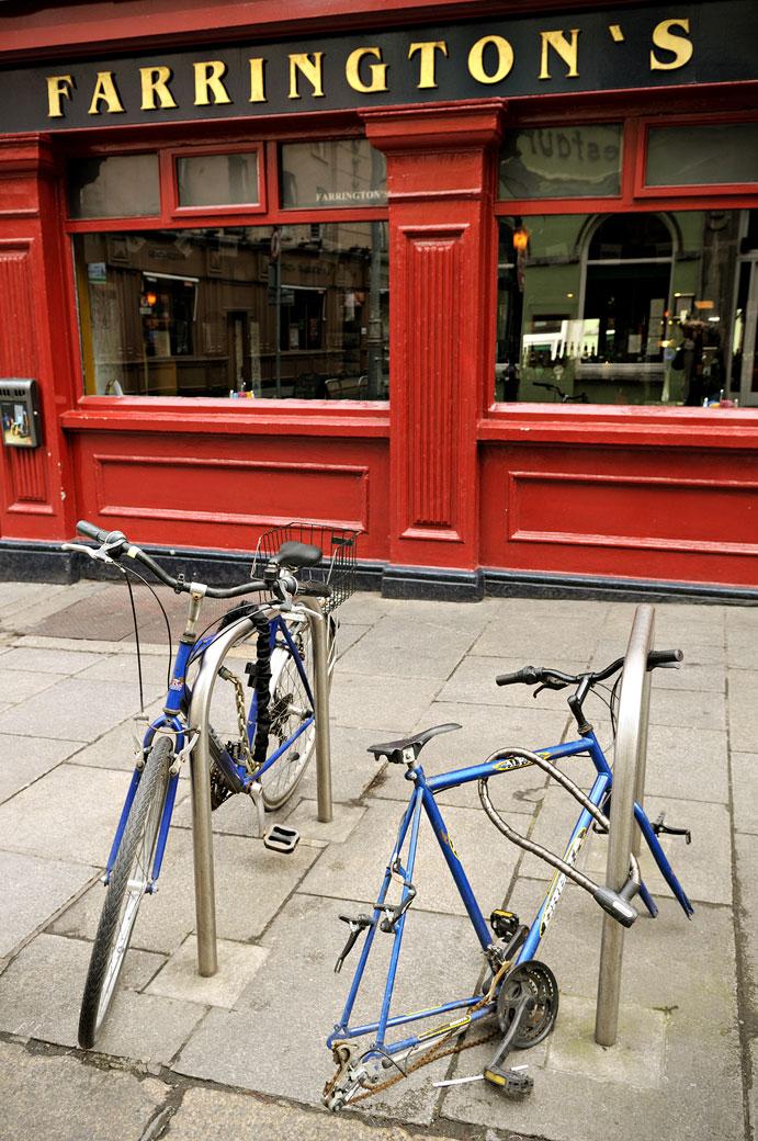 Vélos devant le Farrington's à Dublin, Irlande