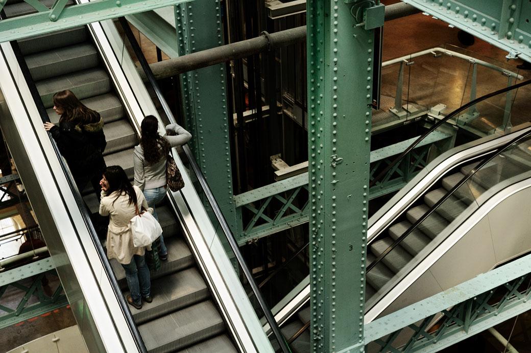 Escaliers mécaniques dans le Guinness Storehouse à Dublin, Irlande