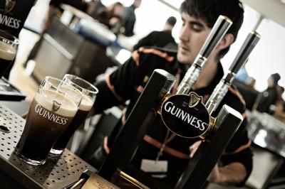 Barman au Gravity Bar de Dublin, Irlande