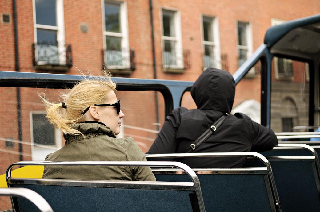 Touristes dans un bus à toit ouvert de Dublin, Irlande