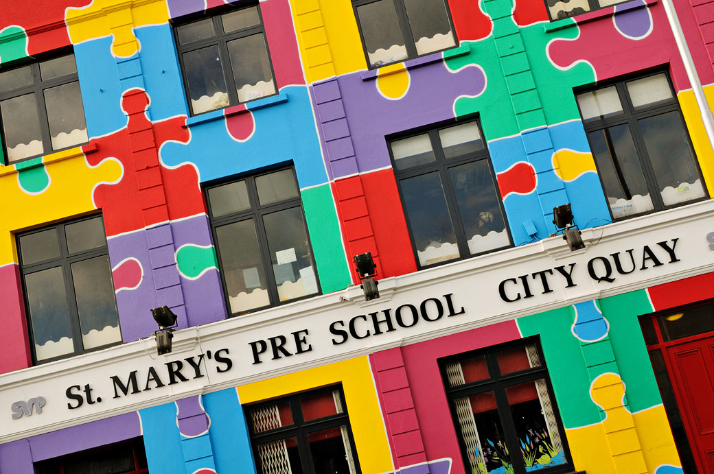Motifs de puzzle sur une école de Dublin, Irlande