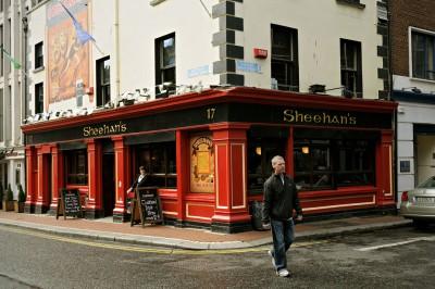 Un homme passe devant le Sheehan's Pub à Dublin