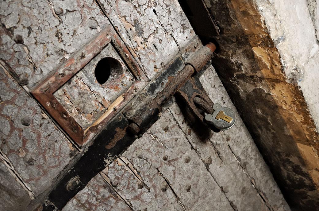Cellule fermée par un cadenas à la prison de Kilmainham de Dublin