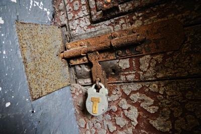 Vieille porte de cellule de la prison de Kilmainham fermée par cadenas