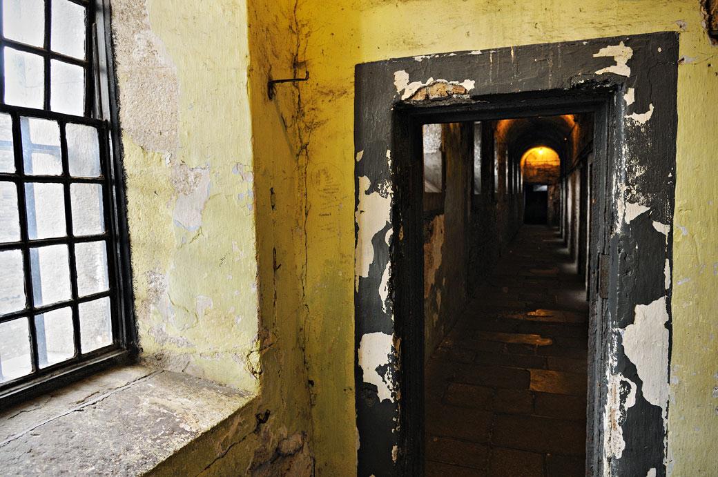 Couloir sombre à la prison de Kilmainham de Dublin, Irlande