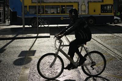 Homme sur un vélo au centre ville de Dublin, Irlande