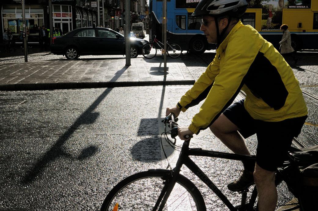Cycliste au centre de Dublin, Irlande
