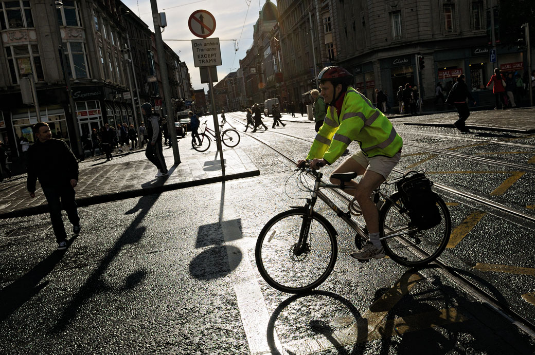 Cycliste à une intersection au centre de Dublin, Irlande