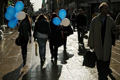 Jeunes femmes avec des ballons sur Henry street à Dublin, Irlande