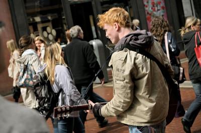 Musicien de rue roux à Grafton Street à Dublin, Irlande