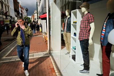 Homme qui fume à Grafton Street à Dublin, Irlande