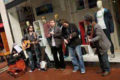 Groupe de musique devant une vitrine de Grafton Street à Dublin